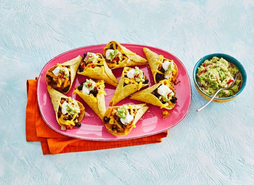 Tacocones met zwartebonenchili, cheddar en guacamole