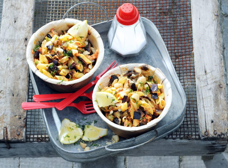 Pastasalade met aubergine en macadamiamix