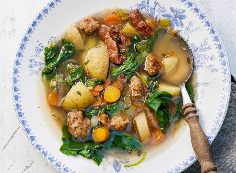 Stoere groentesoep met aardappel en worst
