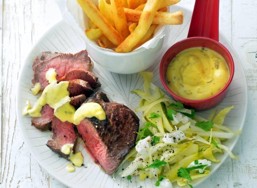 Biefstuk bearnaise met frites en witlofsalade