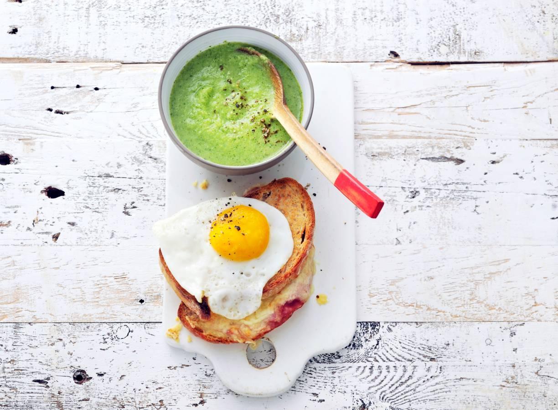 Croque madame met broccolisoep