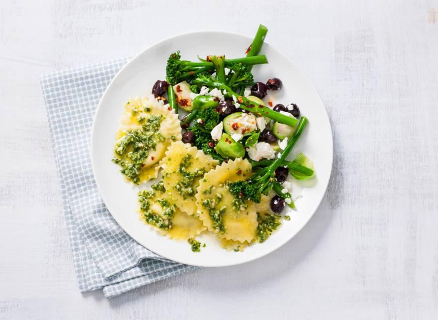 Mezzelune met pesto en salade van spruitjes en aspergebroccoli