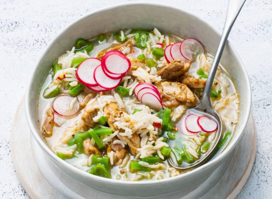 Currysoep met rijst, snijbonen en kip