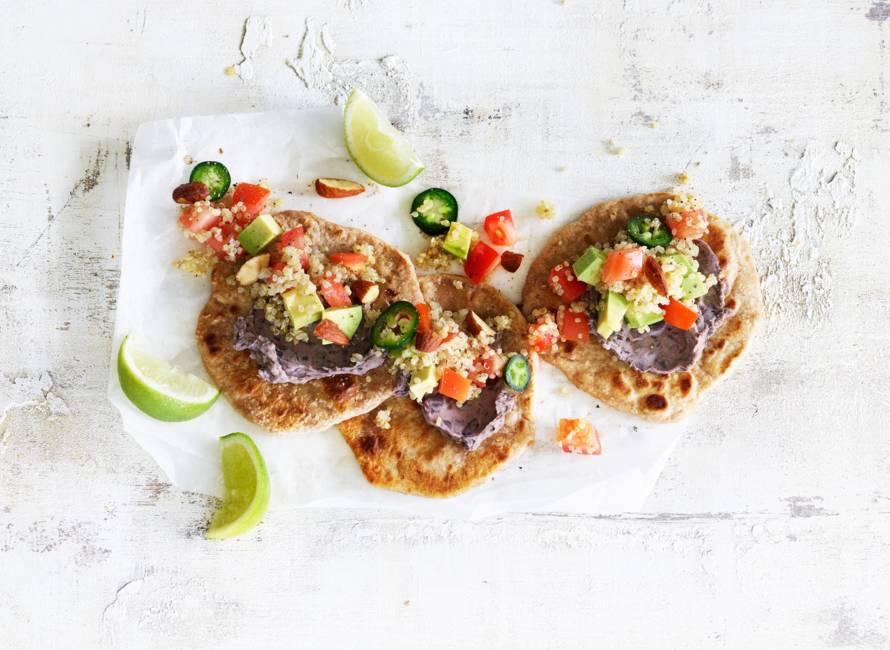 Speltwrap met quinoa en zwartebonen-knoflookspread