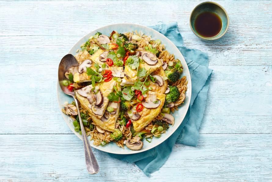 Asli's Aziatische rijstschotel met omelet en broccoli
