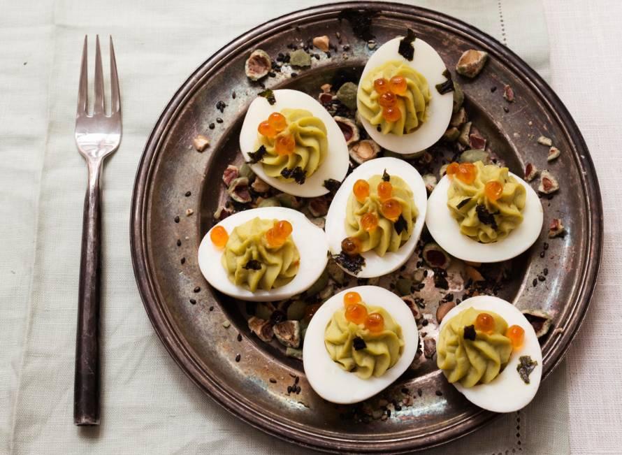 Gevulde eitjes met avocado en wasabicrunch
