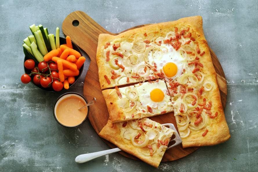 Flammkuchen met rauwkost en frisse tomatendip