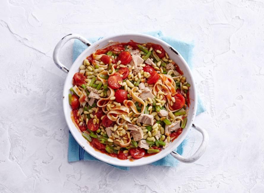 Verse tagliatelle met snijbonen, tomaat en tonijn