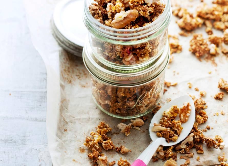 Hartige granola met spelt, walnoten en komijn