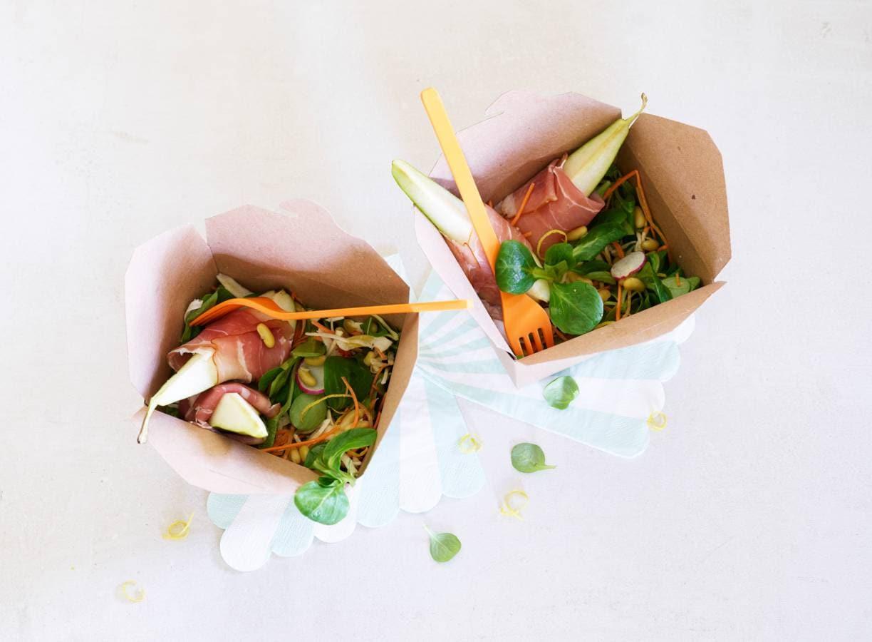 Salade van veldsla, peer en ham
