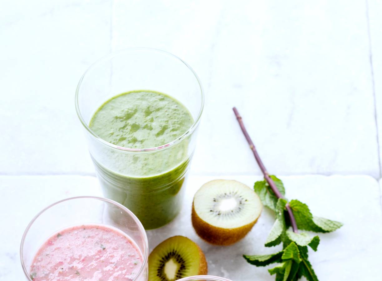 Smoothie met kiwi, avocado, veldsla en basilicum