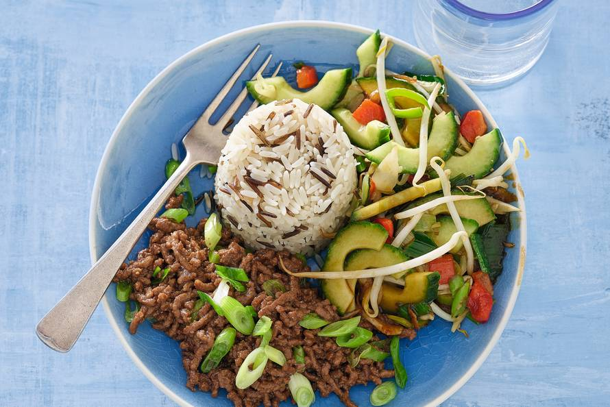Oosters gehakt met gewokte komkommer en Chinese groenten