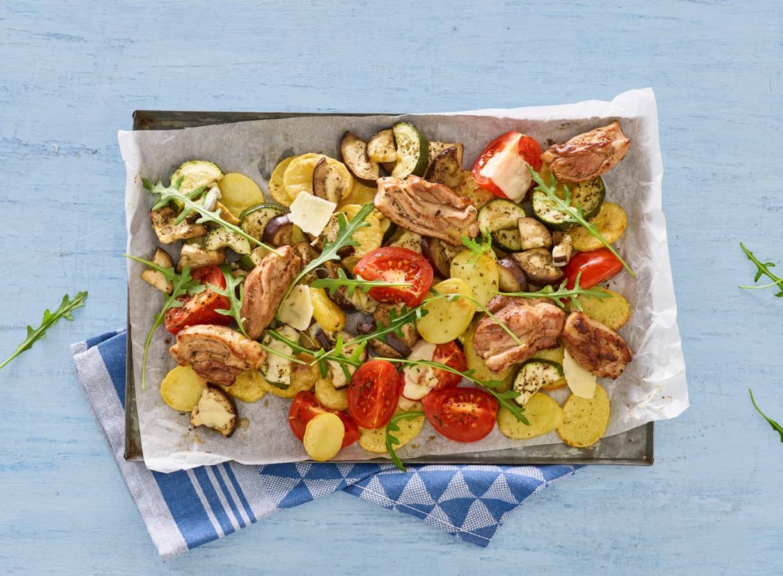 Geroosterde Italiaanse kip met groenten van de bakplaat