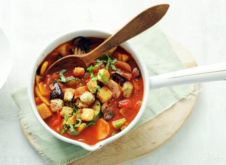 Goedgevulde tomaten-groentesoep met rookworst