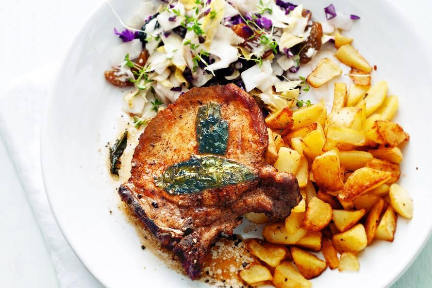 Karbonade, aardappeltjes en rodekool-rozijnensalade