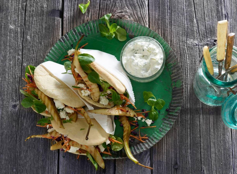 Pitabroodjes met gegrilde feta, peer en tzatziki