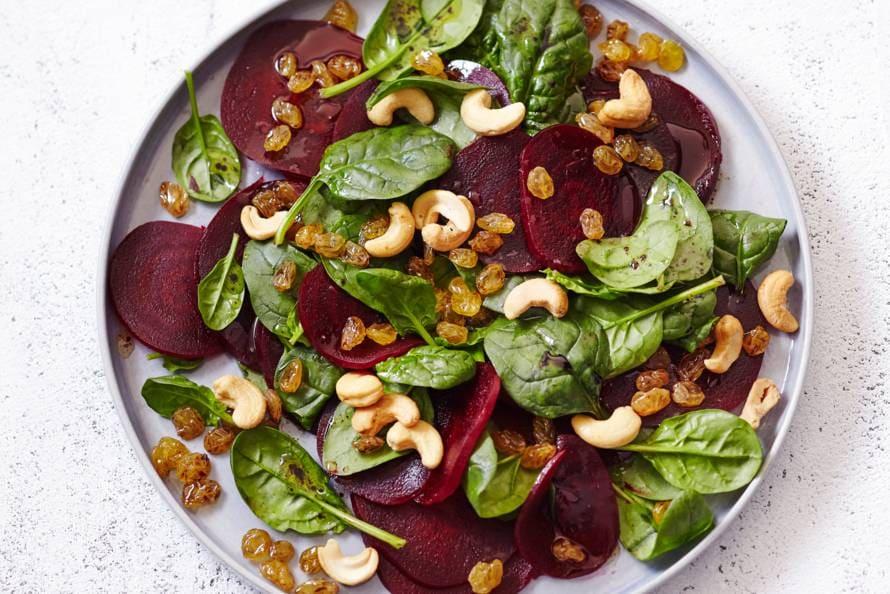 Spinazie-bietensalade met cashewnoten