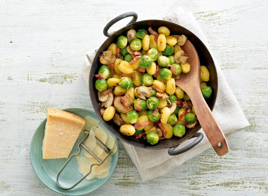Gebakken gnocchi met spekjes en spruitjes