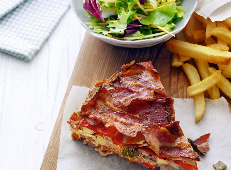 Gehaktbrood, ovenfrites en salade