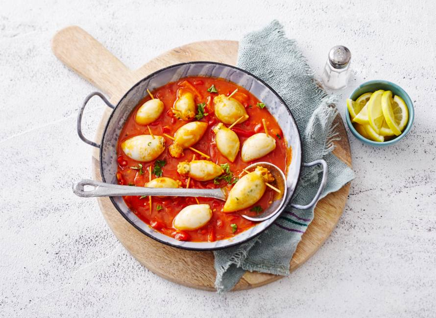 Gevulde inktvis met halloumi in pittige tomaten-paprikasaus