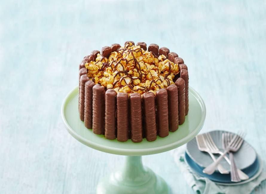 Twix-brownietaart met karamelpopcorn