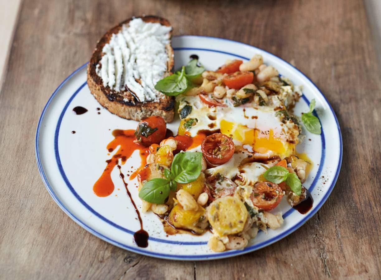 Jamie Olivers gebakken eieren met gepofte bonen, tomaatjes & ricotta op toast