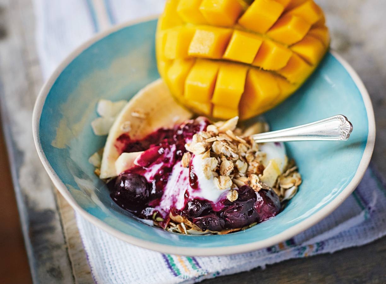 Jamie Olivers geroosterde havermout met mango, blauwe bessen & yoghurt