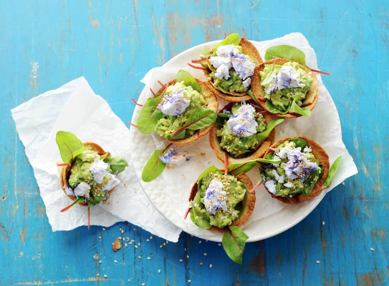 Krokante minitortilla's met geitenkaas en avocado