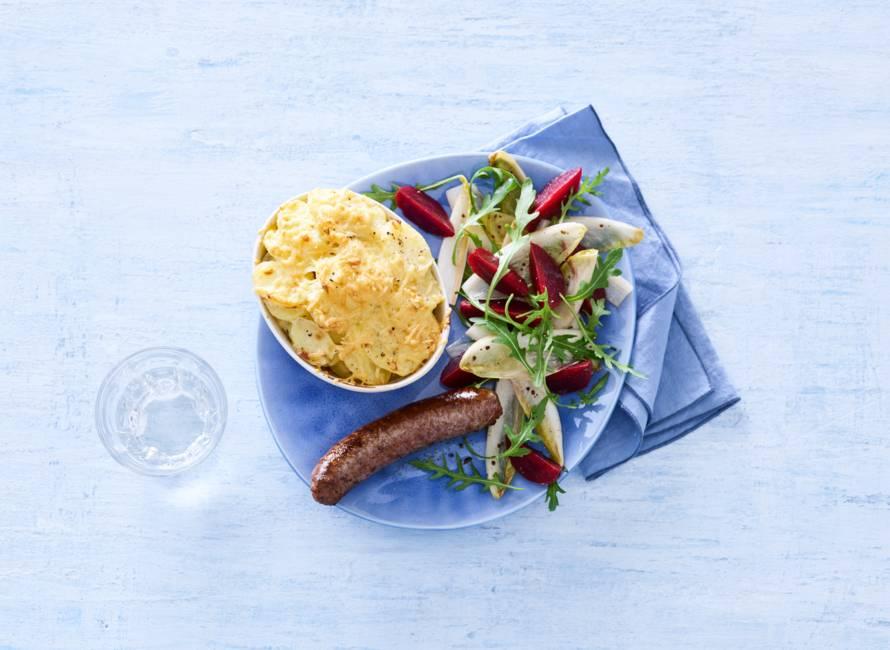 Aardappelgratin en witlof-bietensalade met runderworst