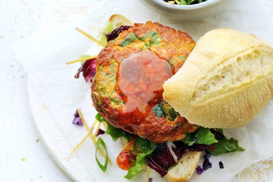 Broodje Aziatische visburger met sla