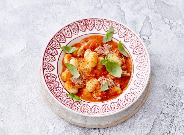 Gnocchi met tonijn en saus van gepofte tomaat