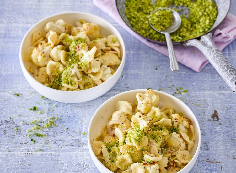 Monique van Loons pasta met geroosterde bloemkool en krokant broodkruim