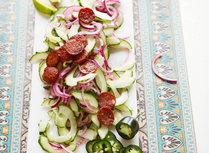 Komkommersalade met gebakken chorizo