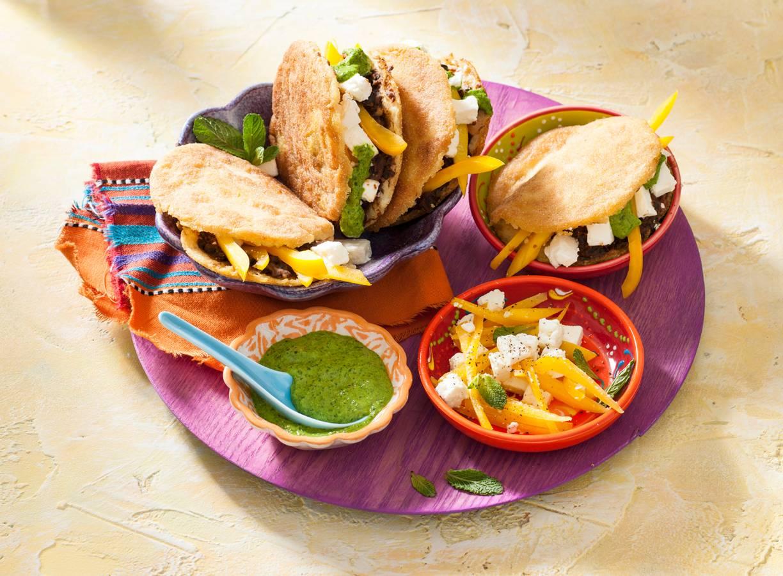 Vega arepas met bonen en salsa