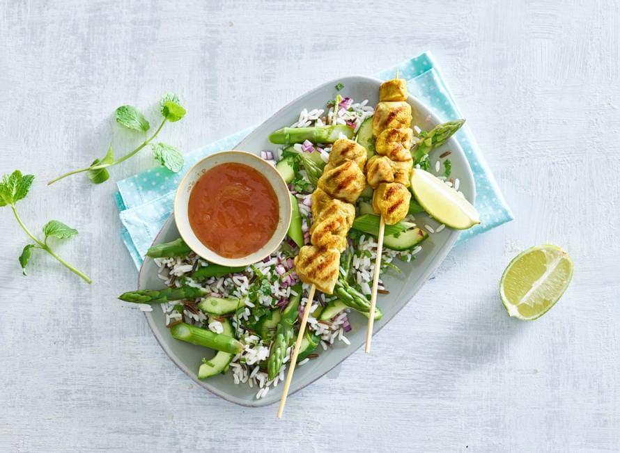 Kipspiesjes met zoete chutney en asperge-rijstsalade