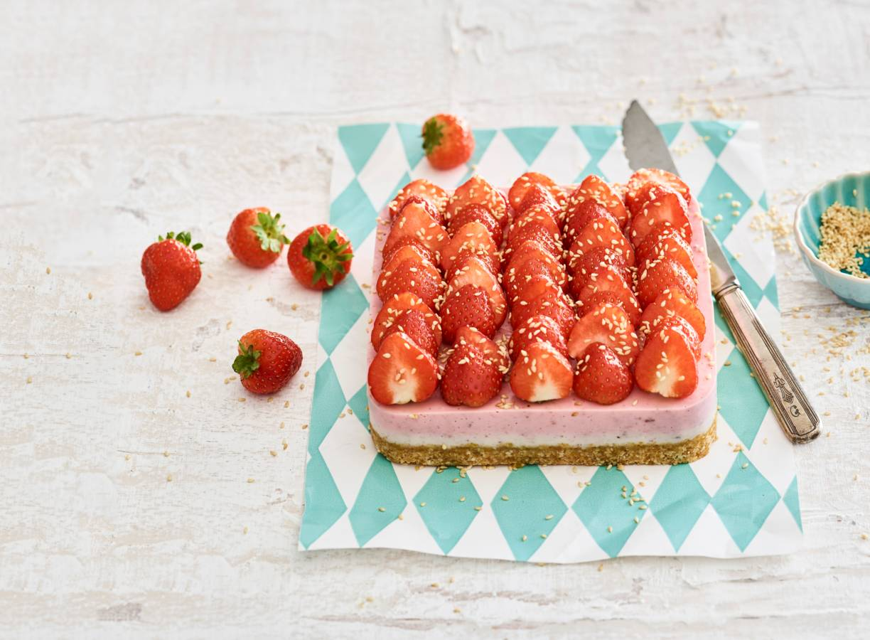 Aardbeienkwarktaart met notenbodem