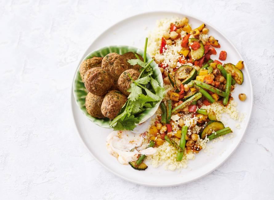 Falafel salade met couscous en harissayoghurt