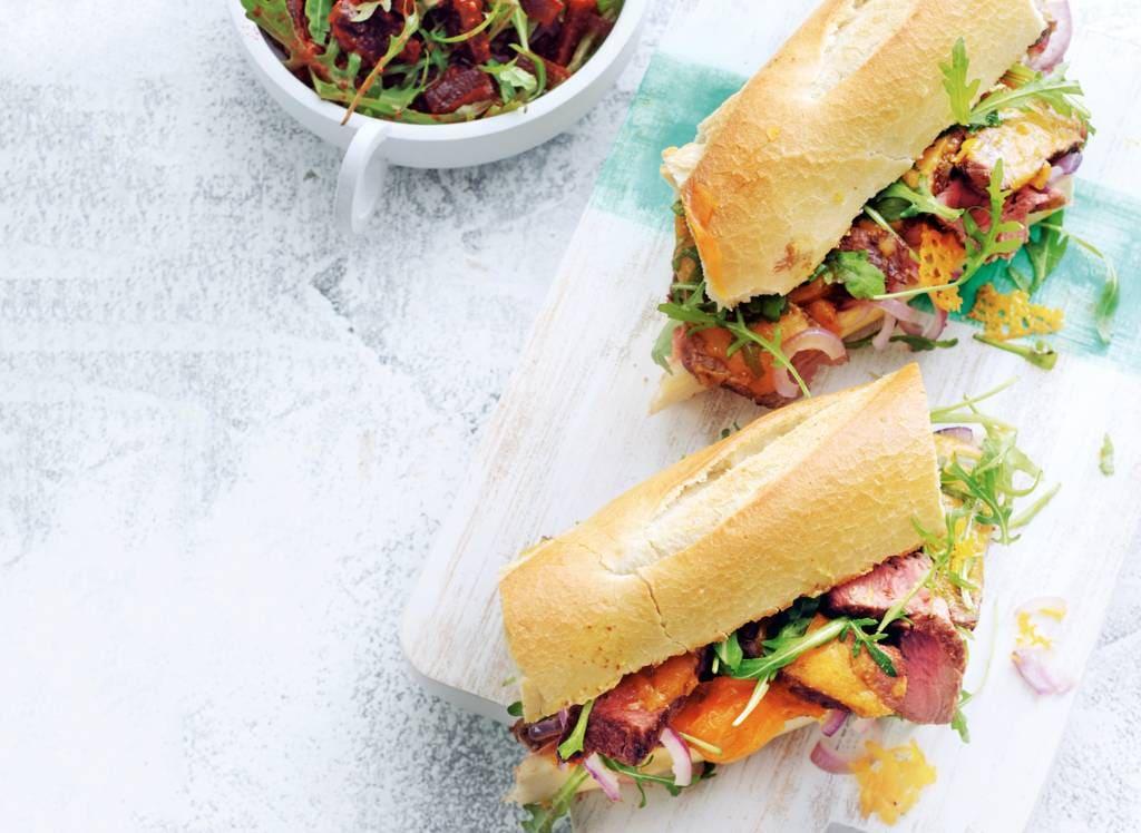 Steak sandwich met bietensalade