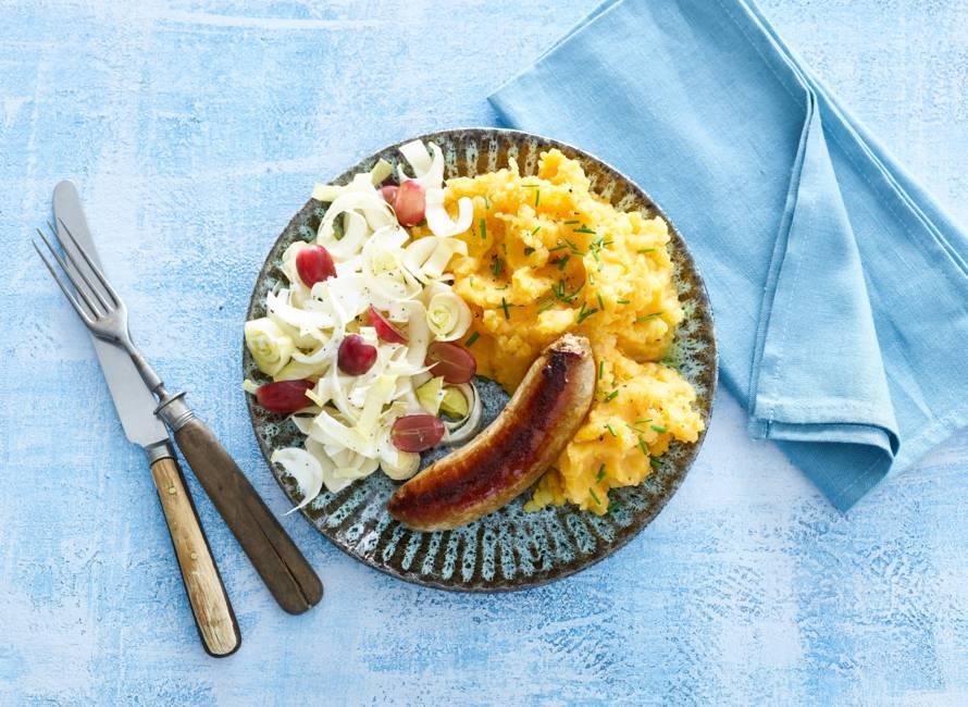 Gebraden worst met zoete-aardappelpuree en witlofsalade