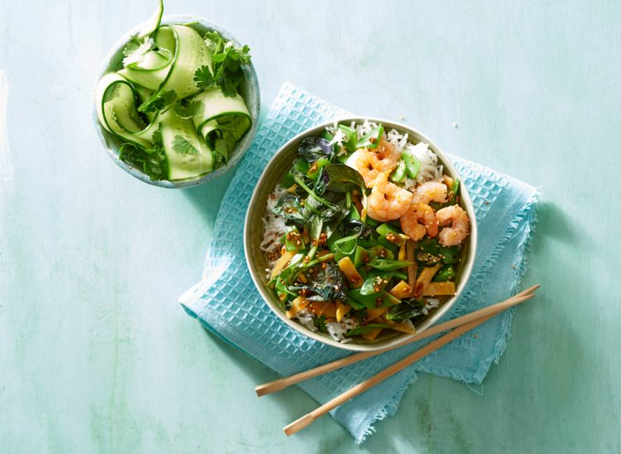 Rijstbowl met garnalen en Aziatische wokgroente in sesam-sojasaus