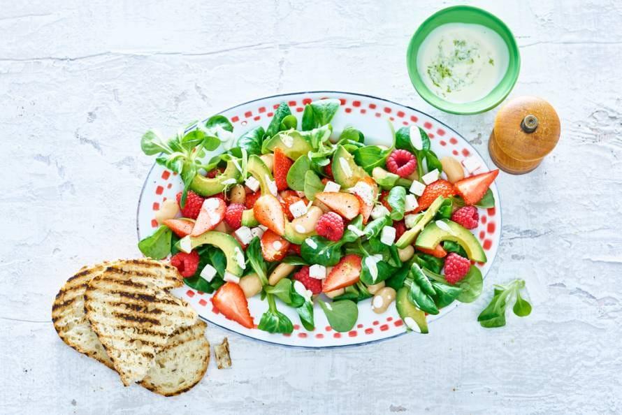 Avocadosalade met aardbeien, frambozen en feta