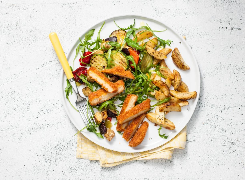 Vegaschnitzel met gebakken aardappel en gegrilde groenten
