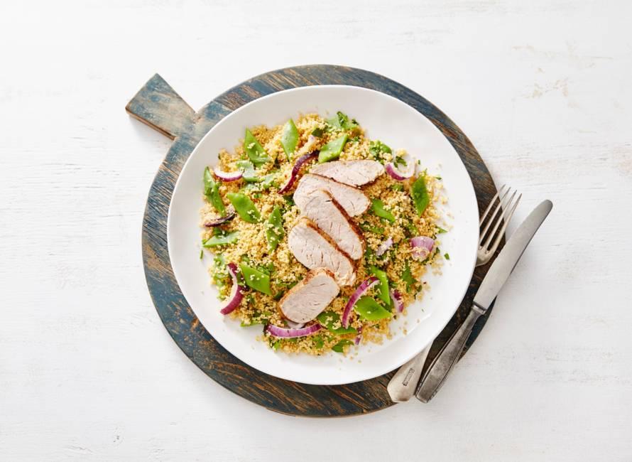 Gegrilde varkenshaas & kruidige couscous met snijbonen en ui