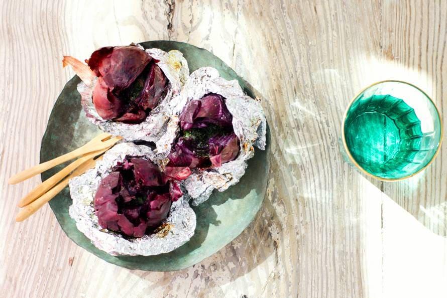 Gepofte uien met peterselie-ansjovisboter