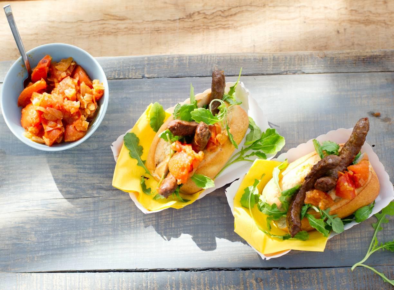 Broodje saucijs met tomatenrelish & rucola