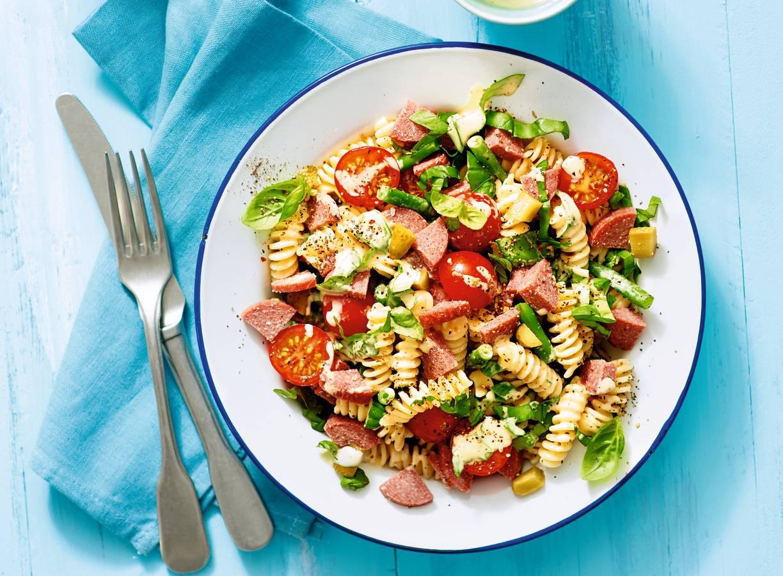 Pastasalade met rundercervelaat, tomaat en sperziebonen