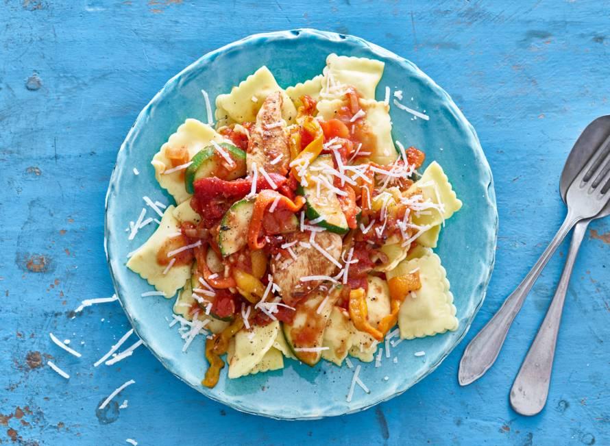 Verse ravioli met kipfilethaasjes en tomatensaus