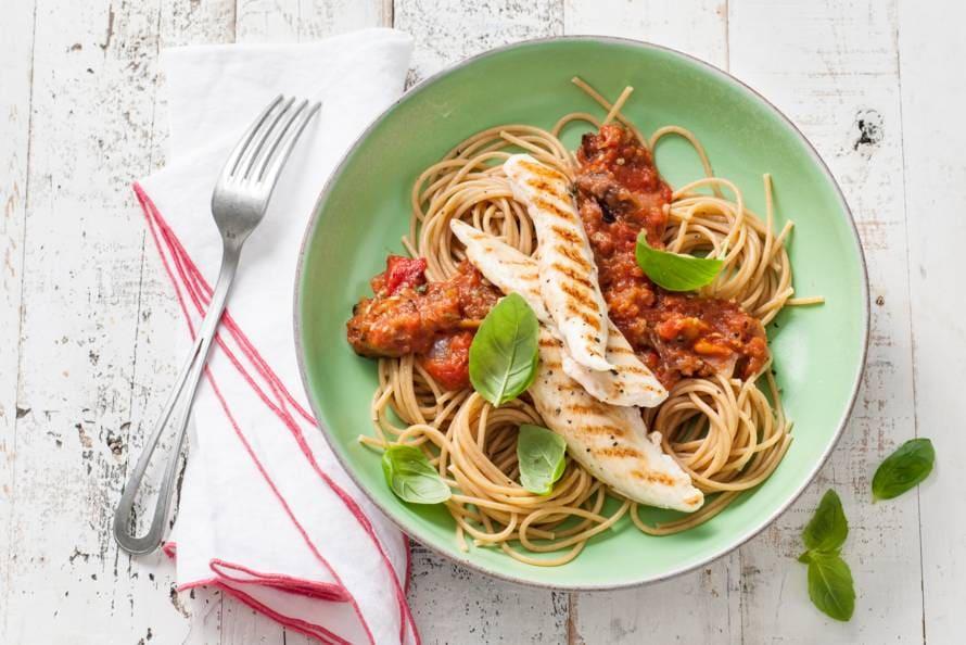 Volkorenspaghetti met gegrilde-groentesaus en kip
