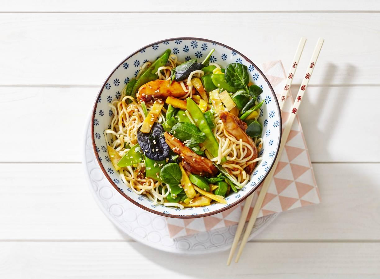 Noedels met kip, Aziatische wokgroente en sesam-sojasaus