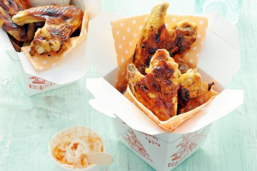 Barbecue-kippenvleugels met dip van crème fraîche
